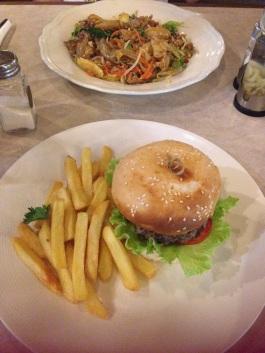 Chiang Mai - um prato de pad-thai e um hamburguer