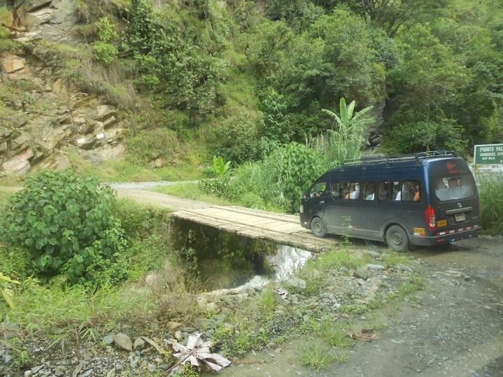 Ponte improvisada no meio do caminho
