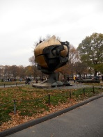 The Sphere - Estrutura de 22 tons de bronze que ficava na praça interna do WTC (hoje localizada no Battery Park)
