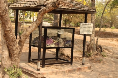 Roupas encontradas no Killing Field of Choeung Ek