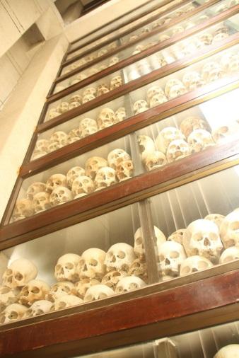 Crânios encontrados no Killing Field of Choeung Ek