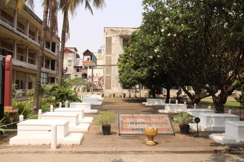 13 túmulos que representam os 13 mortos encontrados no dia da invasão vietnamita