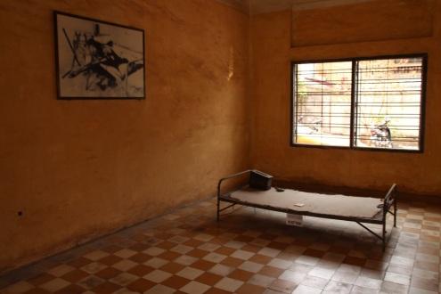 Local onde as pessoas eram torturadas no Edifício do S-21 Tuol Sleng
