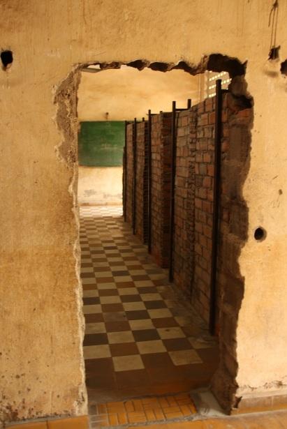 Local onde os prisioneiros ficavam no S-21 Tuol Sleng