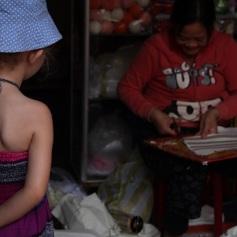 Senhora montando abajur