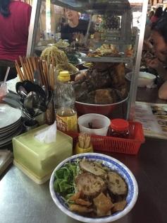 Cao Lau - Macarrão de arroz, salada, vegetais e carne de porco