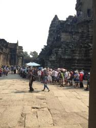 Fila para subir na torre do Angkor Wat