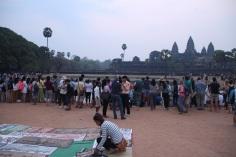 Multidão aguardando o nascer do sol