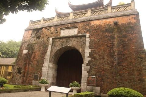 Parte de um antigo muro, atingido por bolas de canhão da guerra