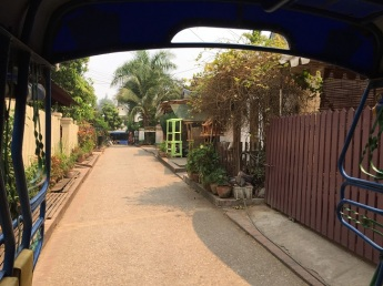 Rua do hostel - vista do tuk tuk