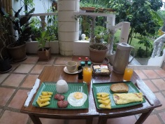Café-da-manhã servido na porta do quarto