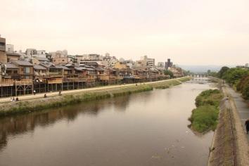 Atravessando o Kamo River para conhecer Gion