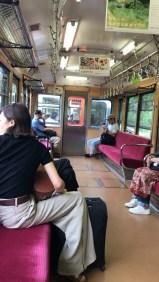 Interior do trem que vai até o cable car