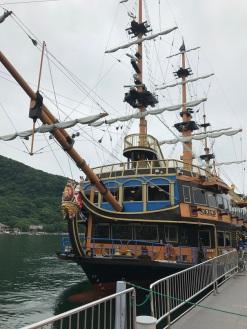 Barco que faz o percurso no Lago Ashi