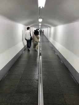 Túnel super úmido entre o elevador e a cachoeira