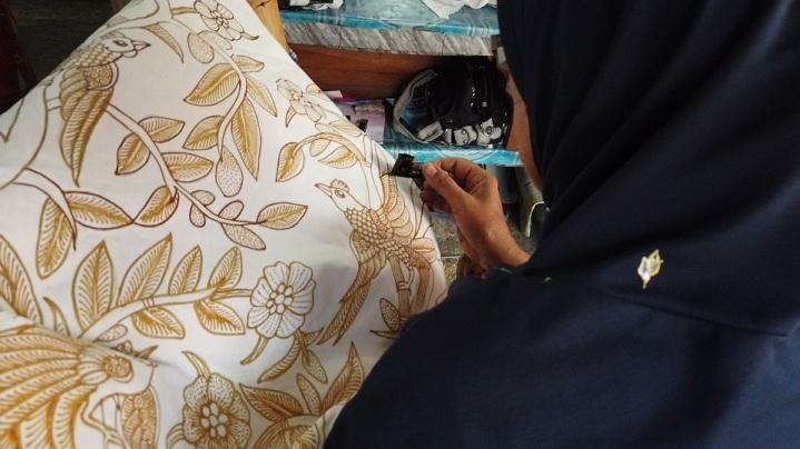 Tela de batik em processo de pintura